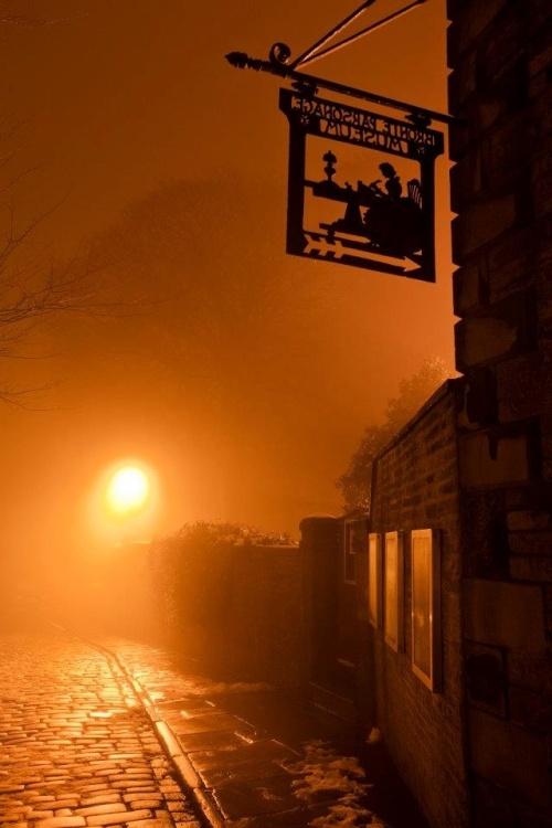 Plaque à l'entrée du musée Brontë