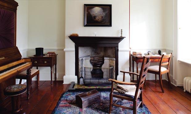 À droite du hall d'entrée, le bureau du père des Brontë, après les rénovations de 2013. Le papier peint a été supprimé, puisqu'aucune preuve n'existe à l'effet que cette pièce aurait été recouverte de papier peint à l'époque des Brontë.