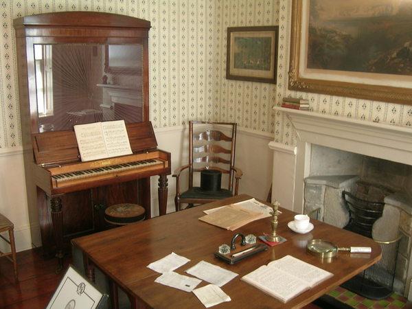 À droite du hall d'entrée, le bureau du père des Brontë. © Tanya & Richard - www.worldisround.com