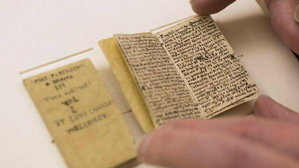 L'un des livres miniatures réalisés par les enfants Brontë - © Stephanie Mitchell/Harvard Staff Photographer