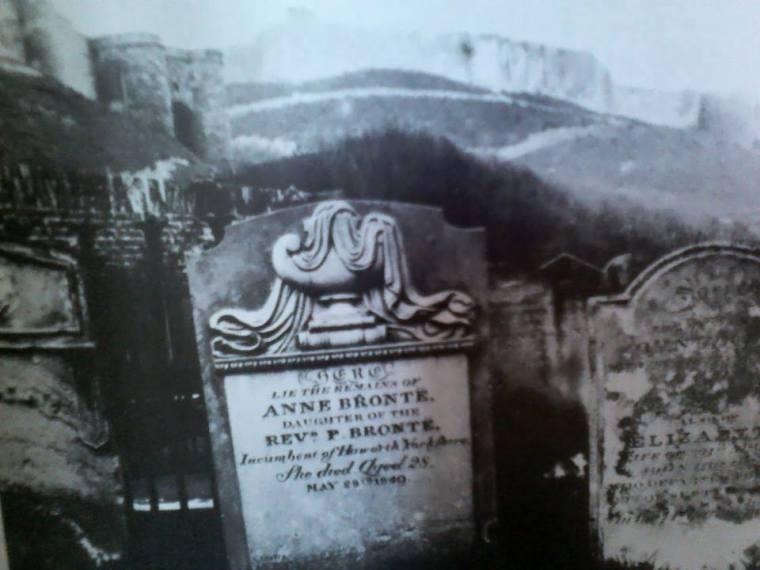Pierre tombale d'Anne Brontë à Scarborough (Angleterre), vers 1849.