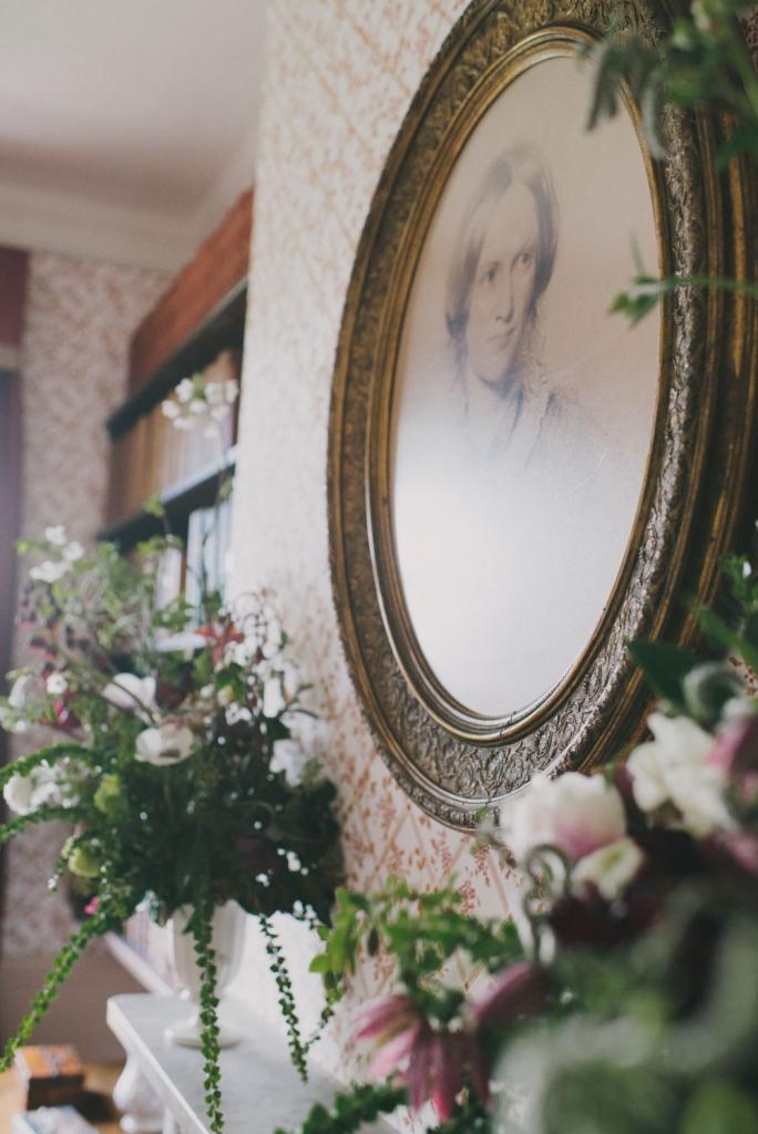 La salle à manger à gauche du hall d'entrée, après les rénovations de 2013. Sarah Mason Photography. Fleurs : Simply by arrangement