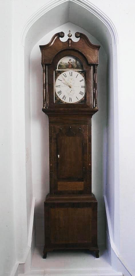 L`horloge d'époque dans l'escalier a été réalisée par Barraclough de Haworth – Musée Brontë