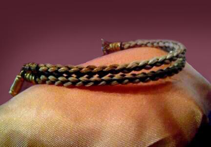 Bracelet avec les cheveux d'Anne, réalisé après sa mort. Charlotte a offert ce bracelet à son amie Ellen Nussey, qui était avec Charlotte au chevet d'Anne à sa dernière heure.