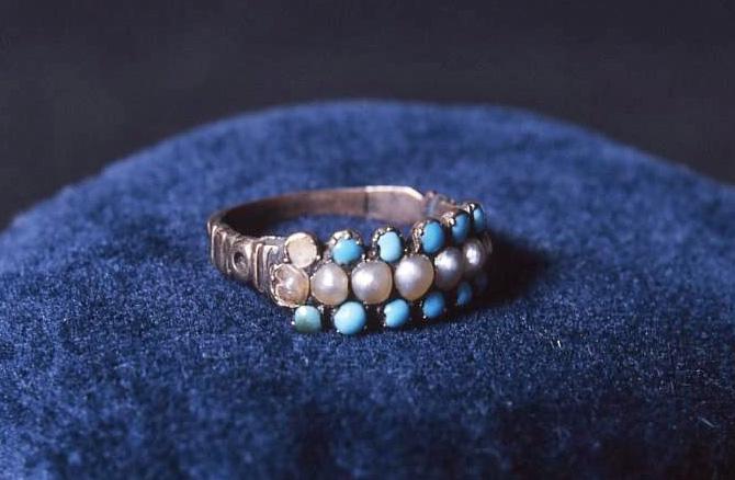 Bague ayant appartenu à Charlotte Brontë. Turquoises et perles.