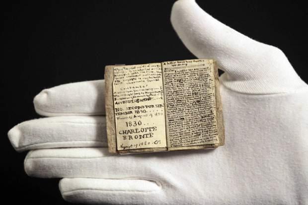 Livre miniature des Juvenilias de Charlotte Brontë.