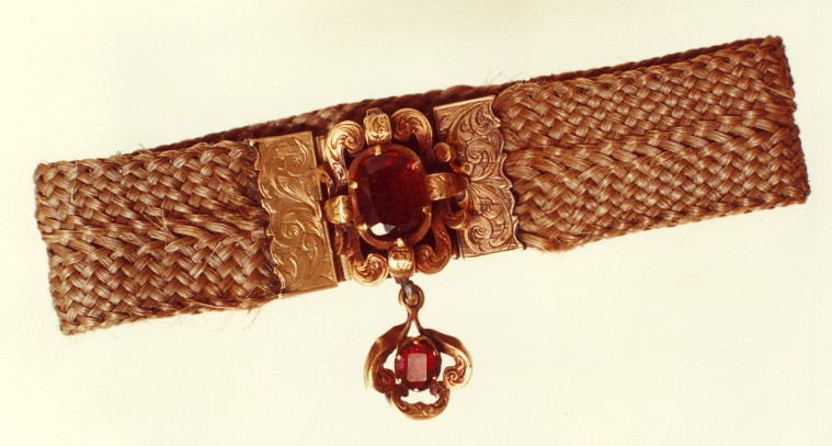 Bracelet réalisé avec des mèches de cheveux entrelacées d'Emily et Anne.