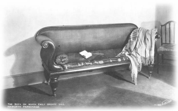 Ancienne carte postale du Musée Brontë montrant le sofa sur lequel Emily aurait rendu son dernier souffle.