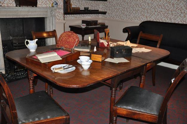 Table de la salle à dîner de la famille Brontë, de retour au musée du presbytère à Haworth.
