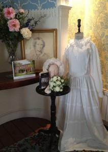 Une copie de la robe et de la coiffe de mariage de Charlotte Brontë, exposées au Musée Red House.