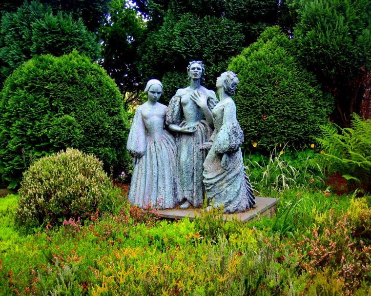 Sculpture de bronze dans le jardin du musée Brontë à Haworth, représentant les trois sœurs Brontë, par l'artiste Jocelyn Horner
